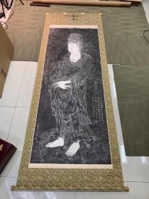 《普陀山南海观音拓本》几十年前旧拓本,同时期日本精裱立轴,品相非常好,装帧极其考究,铜制轴头。 拓片尺寸:160*63厘米