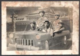 早期老照相馆布景照,老式汽车布景前合影老照片