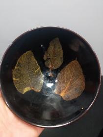 吉州窑三片树叶碗,碗里的树叶子是真的树叶子,年龄大了留着没用了.低价出..o..