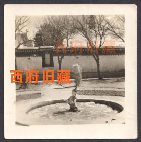 五十年代初,西藏地区风景老照片,头上绑着草把的出水塑像,少见