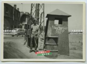 民国1945年美军接管天津后的军营驻地老照片,可见用英文写有:停,出示你的旅行证件