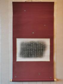 少见的书法拓片日式茶挂,装裱精致漂亮,无论是造型轴头还是裱绫的花色都很讲究,品相也好,请仔细看图。画芯41×28。