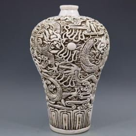 民国瓷雕名家王炳荣作品,浮雕甜白釉龙纹梅瓶一个,尺寸 高39.5厘米 口径5.5厘米 肚径26厘米 底径12.6厘米,特价850出,全国包邮。