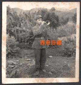 七十年代,有着芭蕉树的大山中,帅气的号兵