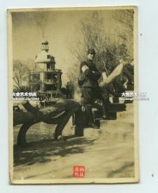 民国湖北武汉汉口中山公园内张公亭老照片,有侵华日军在附近桥上留影,此亭于1933年为纪念清末湖广总督张之洞而建,为公园的重要人文景观。