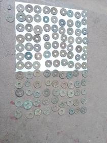 古钱币110个,大小不等,品相一般,年代汉代至清代。品相一般,非完美品,介意者勿拍。平均一个1.35元。永远保真。