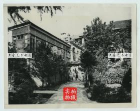 1946年蒋介石宋美龄位于江西九江牯岭东谷河东路180号的美庐别墅,宋美龄和她的朋友们在门前留影。22.8X18厘米
