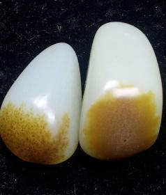 和田玉原石,和田糖高青白玉,温润无比,质地细腻,极品少有,新疆玉龙河和田玉糖高青白籽料,肉质细腻,油性十足,籽料原石,纯天然和田糖高青白籽料原石,非常稀有了,大自然的神奇造化,两块兄弟两个一起,可遇不可求值得永久收藏