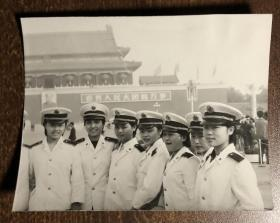 70年代7位女军人在天安门前合影老照片
