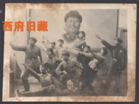 文革特色老照片,毛主席画像背景前,大跳忠字舞的学生毛泽东思想宣传队老照片