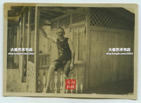 1920年9月1日山东青岛海滨浴场游泳场沙滩小木屋前,一外国男子留影老照片