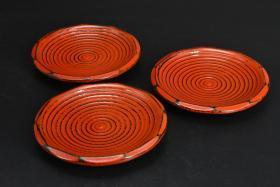 (乙4375)《日本传统工艺漆器》一套三件 茶托 木胎漆器 茶托直径为:13.4cm 高:2.25cm 公元前二百多年中国的漆艺就开始流传到日本,由于地理环境相似,日本也组织起了漆器生产,形成了日本独特的漆器风格。