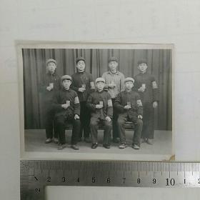 老照片,文革~〈戴袖标〉红卫兵合影,手持红宝书,全戴帽!!~10.3x7.6㎝