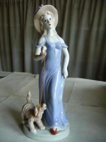 牵小狗的美女瓷像