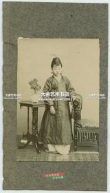 清代朝鲜人韩国人典型人物照相馆肖像老照片~ 传统服饰年轻女子肖像,感觉拍摄者是从人类学民族历史研究记录研究角度拍摄的