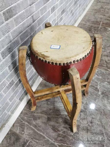一套红色小鼓,包浆好,品相佳。还能正常使用。鼓的尺寸27.27.17