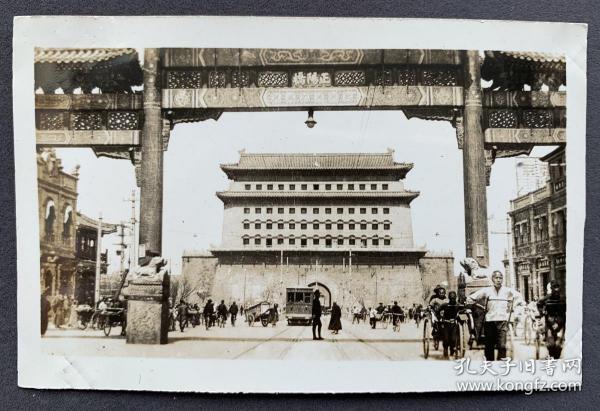 """三四十年代 北京""""正阳桥""""五排楼、正阳门箭楼及前门大街街景 银盐老照片一枚(正阳桥牌楼是前门大街的地标建筑,因其面阔五间,俗称""""五牌楼"""",牌楼南北两面都有匾额""""正阳桥"""";正阳桥牌楼始建于明正统年间,清代曾多次重建,1955年被拆除,当代现存牌楼建筑为2006年按原状在原址重建。)"""