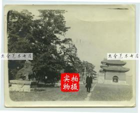 1919年11月东北满洲辽宁沈阳奉天北陵隆恩门前过碑亭和神路,路侧站立者为当时来沈阳投资建厂的法国人。11.3×8.8厘米, 泛银。