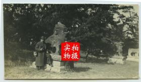 1919年11月东北满洲辽宁沈阳奉天北陵隆恩门前神路路边的石狮雕像,旁边站立者为当时来沈阳投资建厂的法国人。10.2×5.7厘米, 泛银。