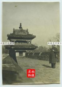 1919年11月东北满洲辽宁沈阳奉天北陵昭陵,站立者为当时来沈阳投资建厂的法国人。8.1×5.7厘米, 泛银。
