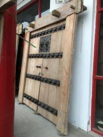 老榆木虎头铁钉门一套,门和铁艺都是老的。尺寸大,尺寸门上有