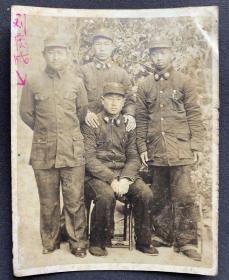 抗战时期 国军军校或干训机构毕业官佐合影 银盐老照片一枚(背有毛笔签赠)