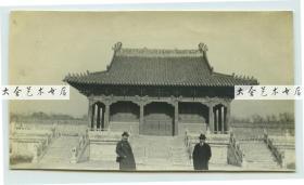1919年11月东北满洲辽宁沈阳奉天北陵方城北侧殿宇,站在前面的两名外国人是当时来奉天投资工业的法籍人士。10.1×5.7厘米, 泛银。