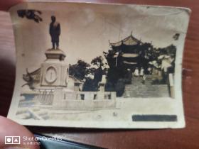 民国老照片:黄克强(黄兴)先生黄鹤楼前铜像   8.1㎝×5.7㎝ 【背面有文字说明】