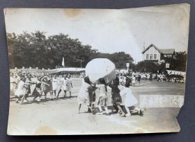 【大连往事】伪满时期 大连地区小学生运动会现场 原版老照片一张