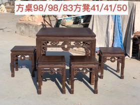 檀木拉大钱八仙桌五件套,一桌四凳,可做茶桌或餐桌麻将桌,做工精致细腻光滑,包奖浑厚,份量十足