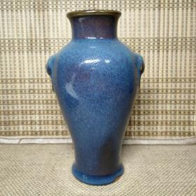 老瓷器,明清钧瓷双狮耳尊瓶,釉质肥厚,由于柴窑烧制,炉内湿差所致,两面有色差,气泡眼明显,周身布满细密开片。高度约17厘米。详细看图