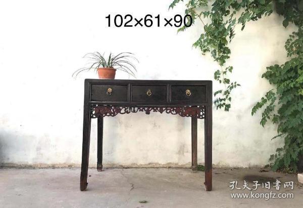 清代,老榆木三屉书桌  铜件齐全 品相一流 做工制式马蹄足  牙板雕刻精致……