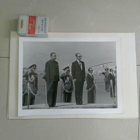 稀缺,大照片〈30.7㎝×23.2㎝〉~1978年华国锋主席访问伊朗,巴列维国王陪同华主席检阅仪仗队