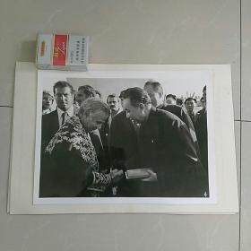 稀缺,大照片〈30.8×23㎝〉~1978年华国锋主席访问伊朗,德黑兰市市长向华主席赠送礼物……