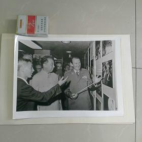 稀缺~大照片〈30.8x23.2㎝〉,华国锋主席访问南斯拉夫……,参观贝尔格莱德军事博物馆