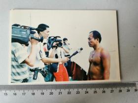 1998徒手游泳长江全程的内江人罗德嵩接受记者采访老照片