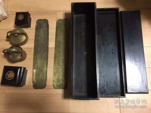 茶道?香道?用具一套(两个手工雕的盛水器,一对手工雕的铜垫子,一大一小两个盒子)付一个木箱了。东西不大,尺寸后发。估计是放在茶室里用的东西。盛水器皮壳不薄也不厚。木箱子经年的痕迹,有剥落,小开裂等现象。大几十年的历史肯定有。