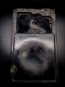 旧藏 此端砚器型规整,线条婉转流畅,2面雕工精细,包浆醇厚柔美,有天然石眼,纹理细密清晰,砚质细腻如肌,哈气成滴,寓意吉祥,尺寸:长26cm宽15cm高4.5cm