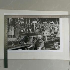 稀少!,大照片〈30.7x20.6㎝〉,华国锋访问南斯拉夫,铁托总统陪同华主席乘厰篷车,……贝尔格莱德市民热烈欢迎……