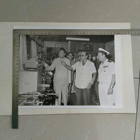 稀见!大照片〈30.7x23.2㎝〉~华国锋主席访问南斯拉夫,铁托总统陪同华主席参观他劳动的车间……