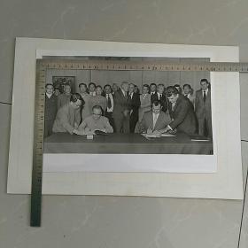 大照片〈30.5x20.5㎝〉~随华主席访问南斯拉夫期间,纪登奎 黄华签署中南合作协议……