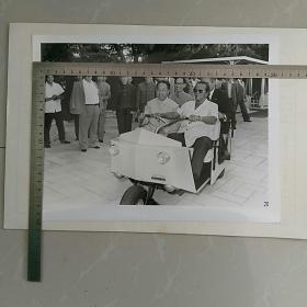 !!大照片〈30.7x23.3㎝〉~华国锋主席访问南斯拉夫,铁托总统亲自驾驶电瓶车,带华主席去果园……