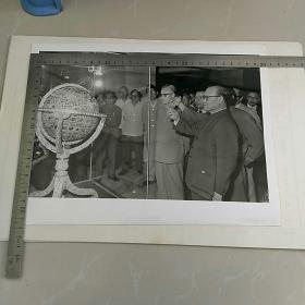 稀见!大照片〈30.7x23.3㎝〉~随同华国锋主席访问伊朗期间,赵子阳,纪登奎 黄华等参观巴列维博物馆……