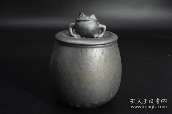 (乙4349)《金蟾鎏金茶叶罐》陶瓷器一件 功夫茶具配件 金蟾送福 茶叶罐最大直径为:11.5cm 高:15cm 鎏金工艺 造型独特 品味上乘 储存茶叶便于保持茶叶的质量