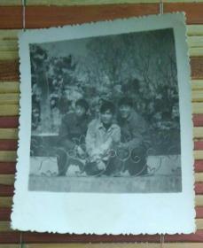 蹲在地上的三男子合影照片