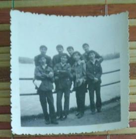 在河边栏杆前的八男子合影照片