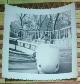 坐在游乐车上的小女孩照片