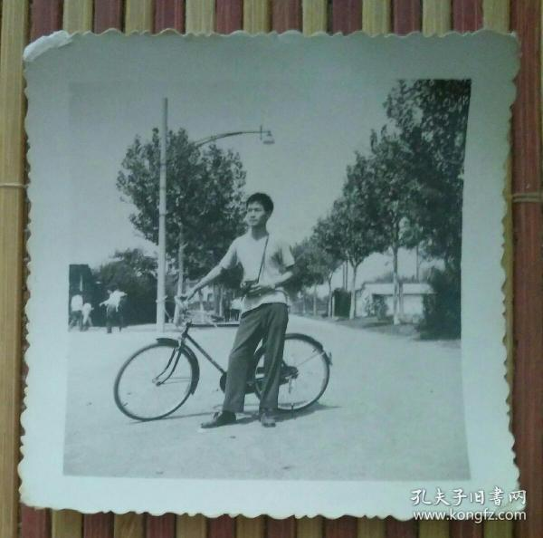 推着自行车的男子照片