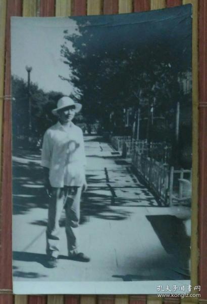 站在马路上的男子照片