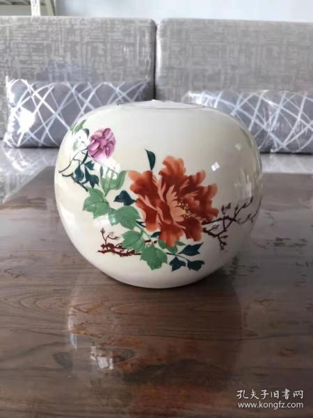 民国时期醴陵瓷花卉西瓜罐一件、盖子少一扭、其余全品、画工细腻精致漂亮、瓷质相当好温润如玉、后期都称醴陵瓷为红色官窑